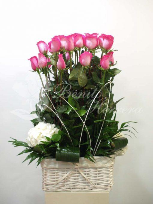 Cesta lazo de  mimbre con rosas fucsias 3