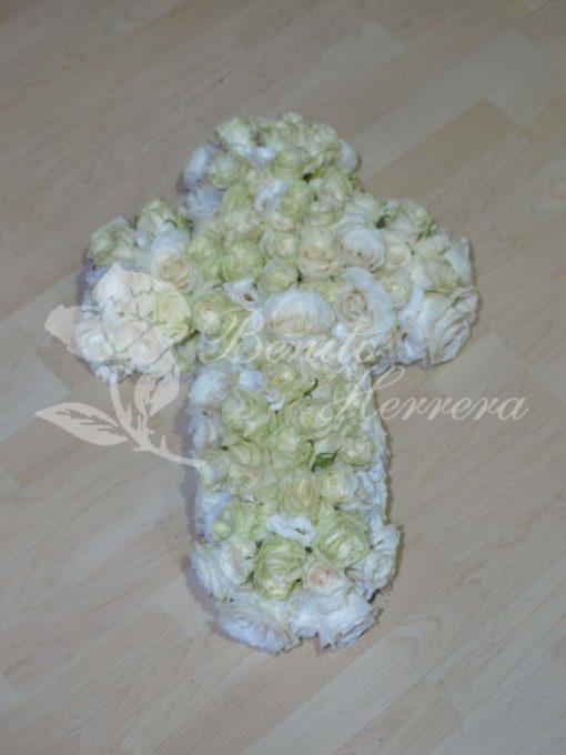 Cruz funeraria de rosas 3