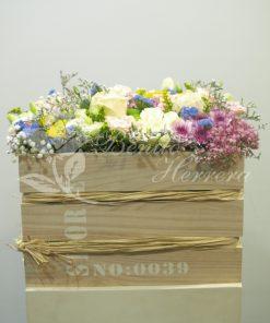 Caja alta madera con flores de temporada variadas. 6