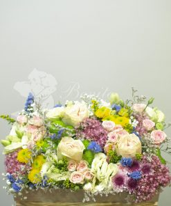 Caja alta madera con flores de temporada variadas. 5
