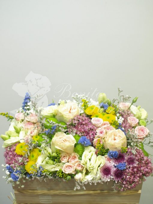 Caja alta madera con flores de temporada variadas. 3