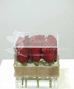 Caja de metacrilato con nueve rosas 3