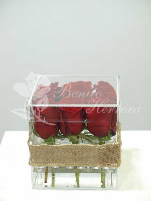 Caja de metacrilato con nueve rosas 2