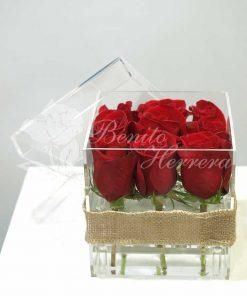 Caja de metacrilato con nueve rosas