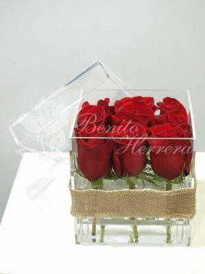 Caja de metacrilato con nueve rosas 4