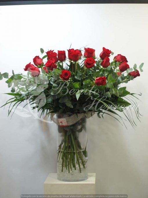 Jarrón de cristal con 24 rosas 2