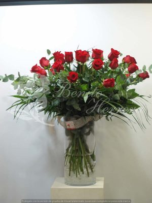 Jarrón de cristal con 24 rosas 5