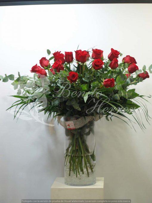 Jarrón de cristal con rosas 3